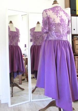 Vestido púrpura asimétrico