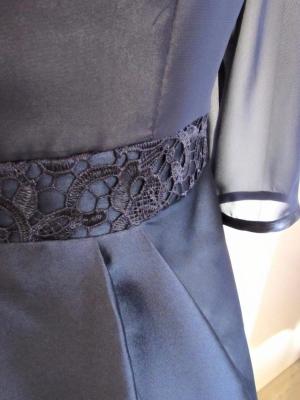 Vestido de mikado azul marino con cuerpo de gasa